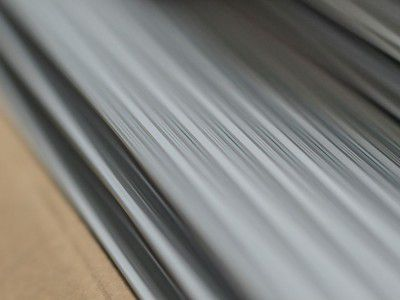 Reçu sous forme de lame, l'aluminium est une des matières premières utilisées