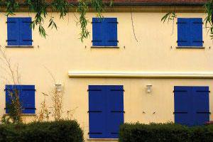 Volet bleu vue maison 300x200 for Porte garage sectionnelle 300x200